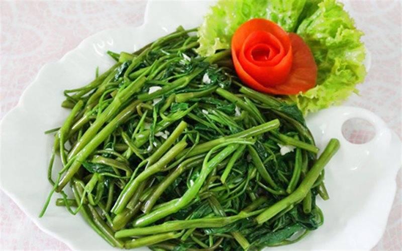 Rau muống xào tỏi có hàm lượng vitamin và khoáng chất có lợi cho cơ thể người dùng
