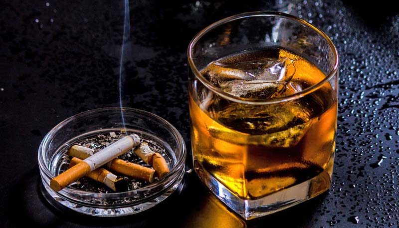 Nếu không muốn mất đi bản lĩnh phái mạnh trong chuyện chăn gối thì bạn nên hạn chế uống rượu bia và hút thuốc lá