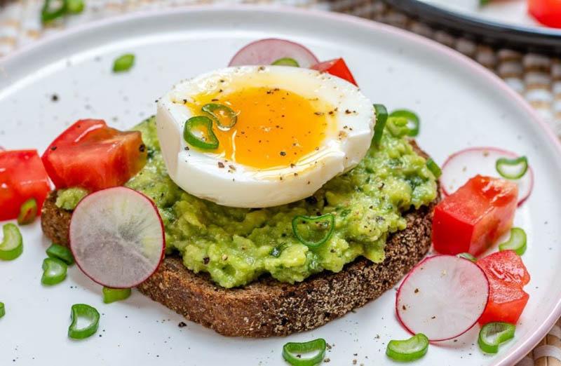 Món ăn bổ dưỡng từ bơ, bánh mỳ và trứng gà