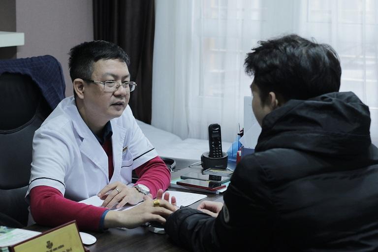 Lương y Đỗ Minh Tuấn thăm khám, kiểm tra bệnh cho anh Quỳnh