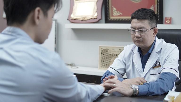 Anh Hoàng được lương y Đỗ MInh Tuấn khám và kê đơn điều trị