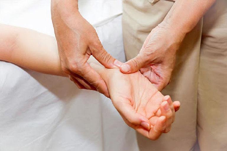 Chống xuất tinh sớm bằng cách bấm cổ tay